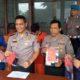 Kapolres Blitar Kota, AKBP Leonard Sinambela menunjukan barang bukti yang diamankan dari pelaku
