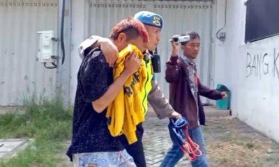 Seorang oknum suporter diduga dari Bonek di dekat Stadion Soepriadi Kota Blitar diamankan petugas lantaran membawa sajam