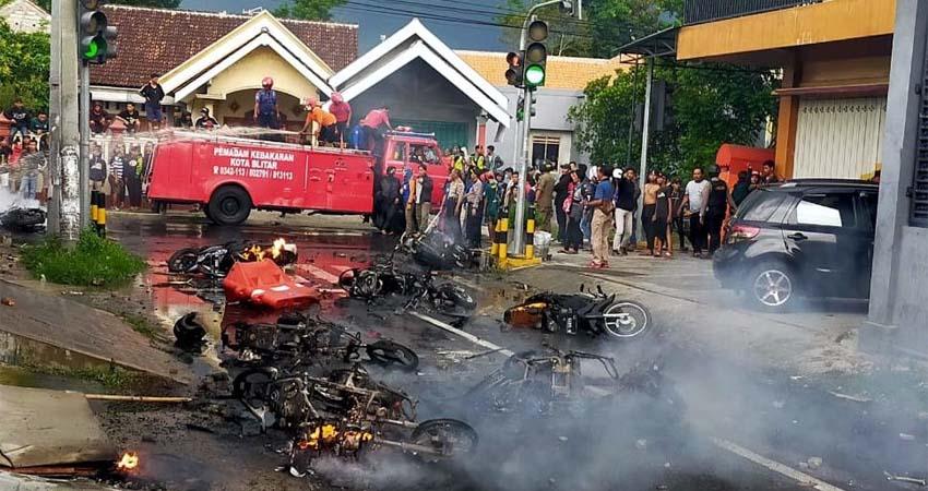 Bangkai sejumlah motor yang dibakar massa Bonek di Jalan Kalibrantas Kota Blitar
