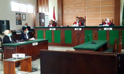 Ketua Pengadilan Negeri Blitar, A. A GD Agung Pernata, SH, CN. bersama JPU, Bangkit Sormin, SH. MH. (Kajari Blitar) dan Lilik Pujiastuti, SH, menggelar sidang secara online