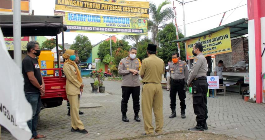 Kapolres Blitar Kota, AKBP Leonard M Sinambela mengecek kesiapan kampung tangguh du Kelurahan Sananwetan Kecamata Sananwetan Kota Blitar