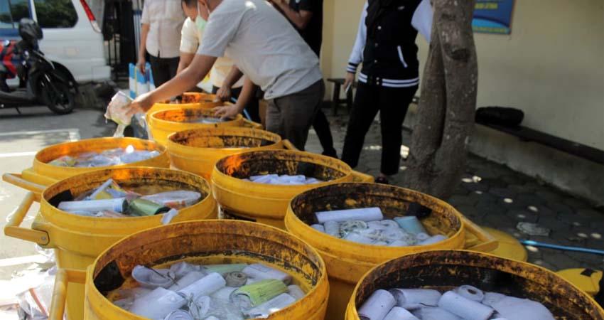 Ribuan petasan hasil sitaan Satreskrim Polres Blitar Kota ,dimusnahkan dengan cara direndam