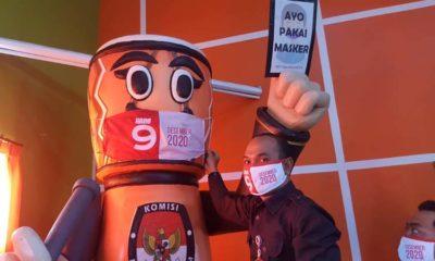 Ketua KPU Kota Blitar memasangka masker kepada maskot KPU, sebagai simbol bahwa KPU Kota Blitar telah siap melanjutkan tahapan Pemilihan Walikota dan Wakil Walikota Blitar 2020