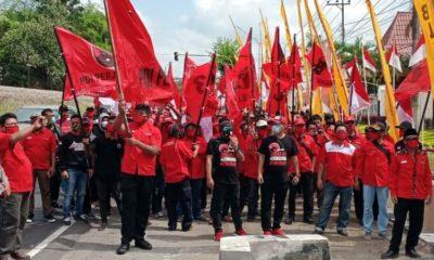 Ratusan massa Partai Demokrasi Indonesia Perjuangan (PDIP) Kabupaten Blitar mendatangi Mapolres Blitar