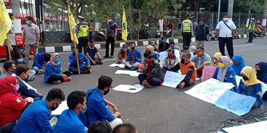 Puluhan mahasiswa Blitar Raya melakukan aksi unjuk rasa di depan Kantor Perhutani Blitar