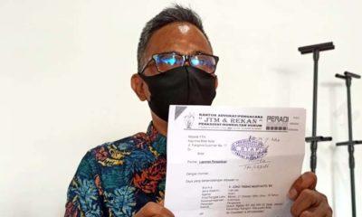 Joko Trisno M, SH, kuasa hukum mantan Wali Kota Blitar, M Samanhudi Anwar menunjukan surat pelaporan